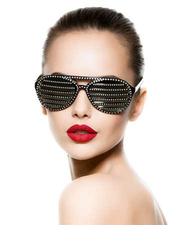diamante negro: Retrato de mujer con gafas de sol negras con los diamantes y los labios rojos Foto de archivo