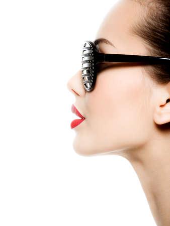 red lips: Retrato de mujer con gafas de sol negras con los diamantes y los labios rojos Foto de archivo