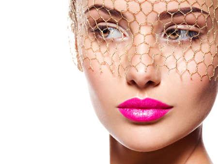 red lips: Moda retrato de una bella chica lleva velo sobre los ojos. el maquillaje brillante. Aislado en el fondo blanco