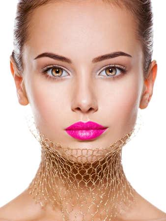 Moda retrato de una bella chica lleva velo en el cuello. el maquillaje brillante. Aislado en el fondo blanco Foto de archivo