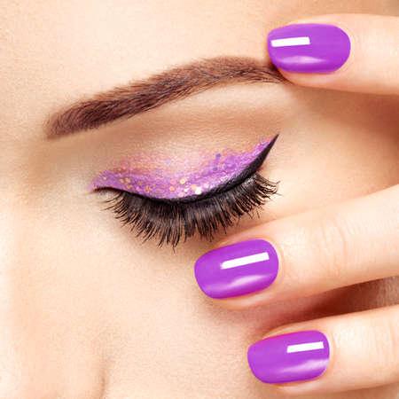 보라색 눈 화장과 여자의 눈. 매크로 스타일 이미지 스톡 콘텐츠