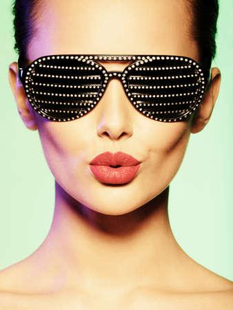 beso labios: Retrato de mujer con gafas de sol negras con los diamantes y los labios rojos LANG_EVOIMAGES