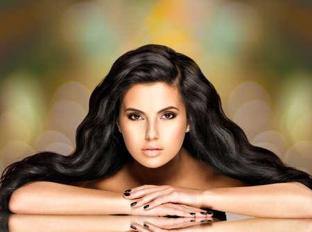 芸術創造的な背景に長い毛を持つ美しいインドの女性の肖像画