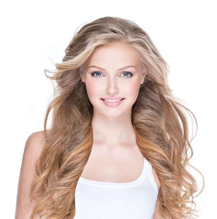 長い巻き毛の白で隔離と美しい幸せな若い女性の肖像画。