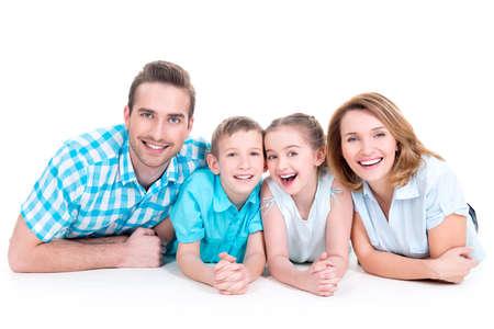 Kaukasische gelukkig lachende jonge gezin met twee kinderen liggen op de vloer Stockfoto