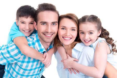 Portret van de gelukkige Europese familie met kinderen op zoek naar camera - geïsoleerd op een witte achtergrond