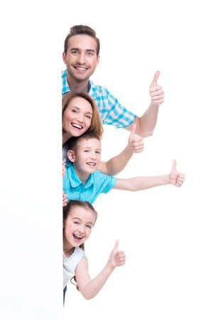 Jeune famille avec une bannière montrant le signe thumbs-up - isolé sur un fond blanc