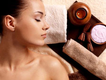 スパ サロンでリラックス マッサージの後に穏やかな女性。美容治療の概念。