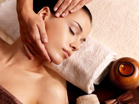 Masér dělá masáž na ženského těla v lázeňském salonu. Koncept salonů.