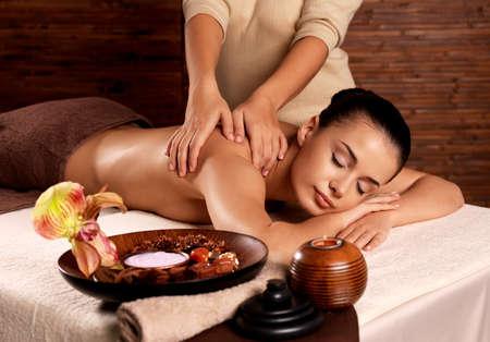 Masseur faire le massage sur le corps de la femme dans le salon de spa. concept de traitement de beauté. Banque d'images - 62833682
