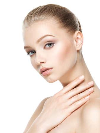 Portrait de la belle femme qui touche le cou par des doigts - isolé sur blanc Banque d'images - 63393364