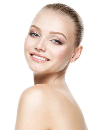 Mooi gezicht van jonge lachende vrouw met schone huid - geïsoleerd op wit Stockfoto