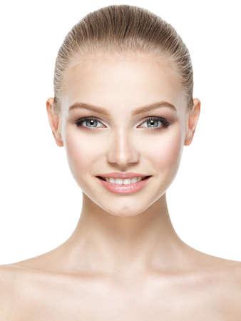 Cara hermosa de la mujer sonriente joven con la piel limpia y fresca - aislados en blanco