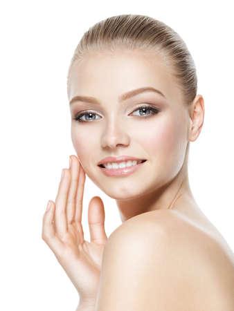 Mooi gezicht van jonge lachende vrouw met schone huid - geïsoleerd op wit Stockfoto - 63650642