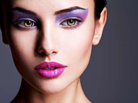 Primo piano volto della ragazza con gli occhi viola make-up. il trucco di moda. Studio Archivio Fotografico