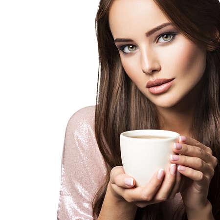 コーヒーのカップを持つ女性。アダルト美少女機械手マグカップ ホワイト バック グラウンドで - ホットのドリンクを飲みに