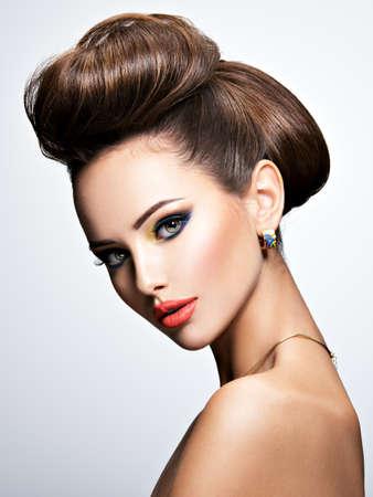 スタジオでポーズ スタイル髪型と美しい女性 写真素材