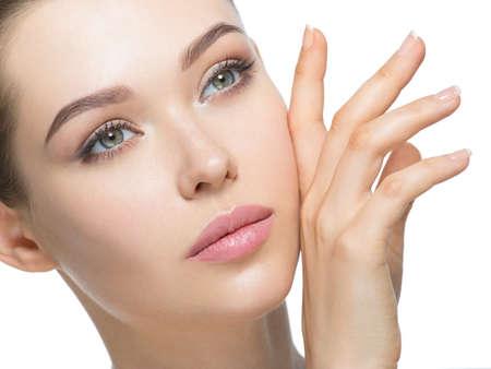 Jeune femme avec un beau visage et une peau propre et fraîche. Concept de soins de la peau. Traitement de beauté.