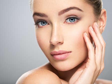 Giovane donna caucasica con bel volto - isolato su bianco. Concetto di cura della pelle. Archivio Fotografico - 88948533