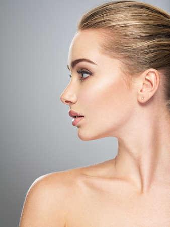 Profil visage de jeune femme, traitement de soins de la peau. Vue latérale de la belle fille avec la peau saine du visage