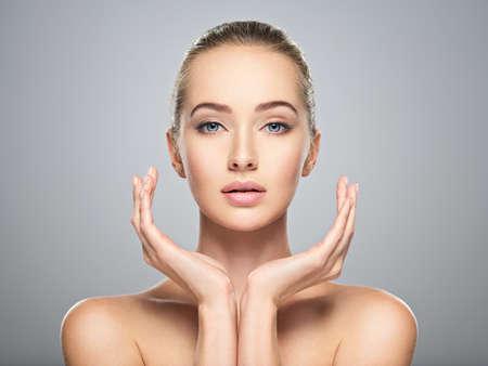 Beau visage de jeune femme caucasienne avec une peau parfaite santé propre. Traitement de soins de la peau. Portrait d'une jolie fille avec émotion calme, agrandi. Femme jolie et sexy avec un look magnifique.