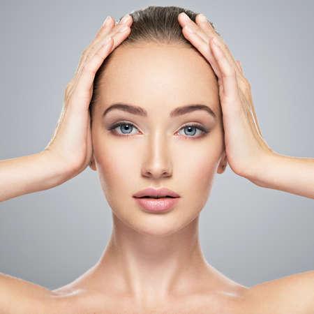 Beau visage de jeune femme caucasienne avec une peau parfaite santé propre. Traitement de soins de la peau. Portrait d'une jolie fille aux yeux bleus, agrandi. Femme jolie et sexy avec un look magnifique.