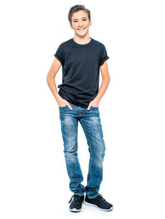 Foto van knappe tiener jonge kerel - camera kijken. Volledig portret van mooie jongen. Stockfoto