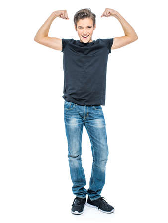 De foto van knappe tiener jonge jongen toont bicepsen - bekijkend camera.