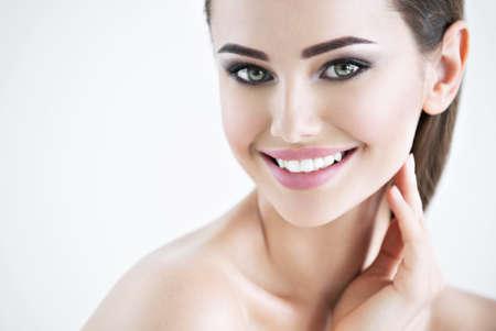 Photo d & # 39 ; une belle fille souriante avec le visage de la beauté - isolé sur blanc. concept de soins de la peau Banque d'images - 96257283