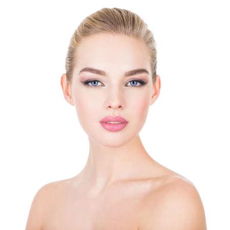 portrait gros plan d & # 39 ; une belle jeune femme avec la peau de santé d & # 39 ; un homme. caucasien caucasien fille. fille