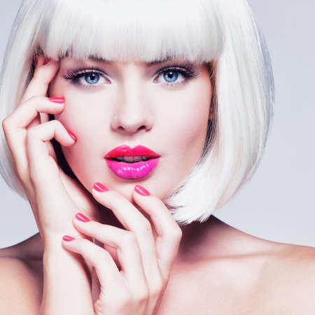 Retrato de moda de la cara de una chica hermosa con maquillaje profesional. Mujer de estilo Vogue. Manicura rojo brillante. Labios vibrantes. Multicolor. Foto de archivo