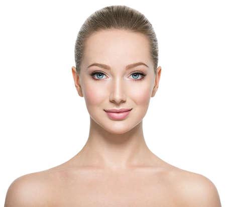 Portrait avant de la femme au visage de beauté - isolé