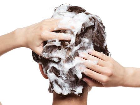 Kobieta namydlająca włosy. Zabiegi kosmetyczne - na białym tle