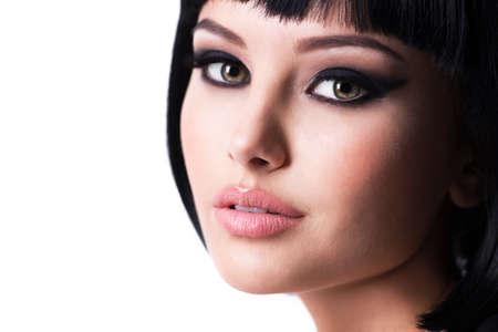 Hermosa mujer morena con maquillaje de moda y peinado corto. Closeup retrato de una modelo femenina.