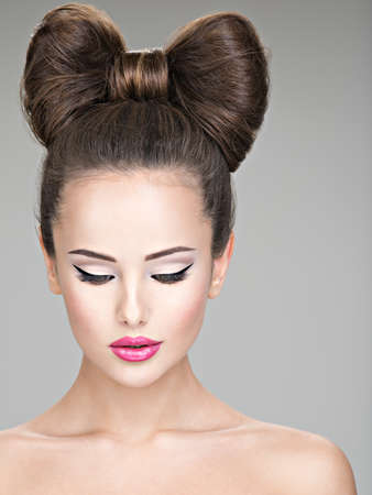 Face of beautiful woman with fashion makeup. female's eye with arrow make-up Foto de archivo - 129439883