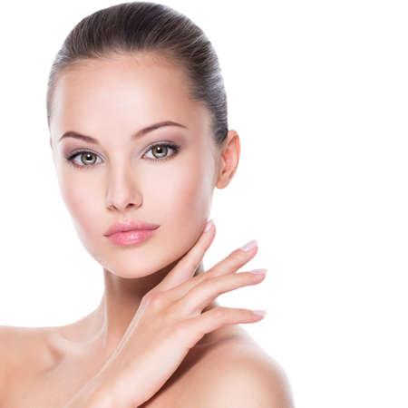 Close-upportret van jonge mooie vrouw met handen bij gezicht - geïsoleerd op witte background Stockfoto
