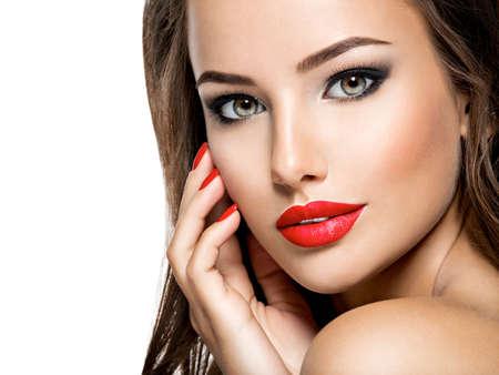 Closeup portrait de belle femme avec maquillage lumineux. Mannequin posant au studio.