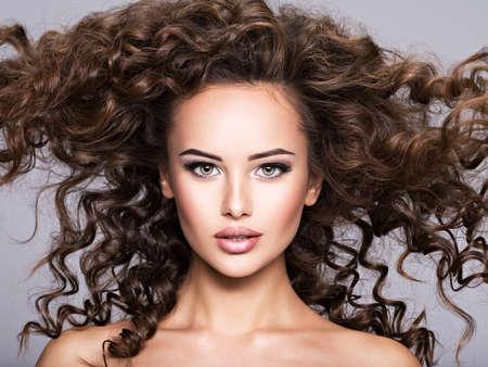 mujer con cabello largo y rizado. Retrato, de, un, hermoso, morena, niña, con, pelo largo