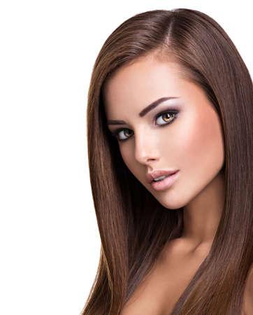 Porträt einer schönen jungen Frau mit langen glatten Haaren. Model posiert im Studio. Standard-Bild