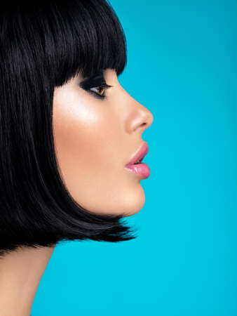 Glamour fashion model with black gloss make-up. Beautiful fashion woman with a bob hairstyle. Attractive white girl with black eye-makeup.  Stylish fashionable concept. Art. Banque d'images