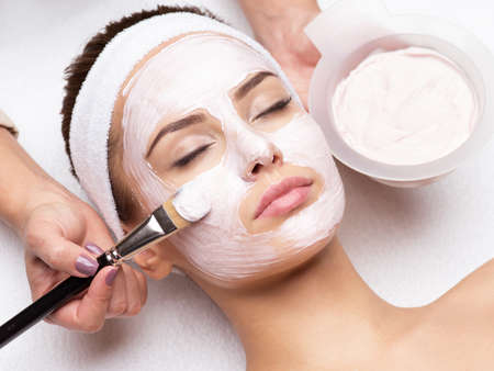 Young beautiful woman receiving  facial mask in spa beauty salon Banque d'images
