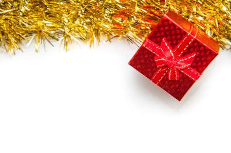Rode geschenkdoos met gouden lint op witte achtergrond