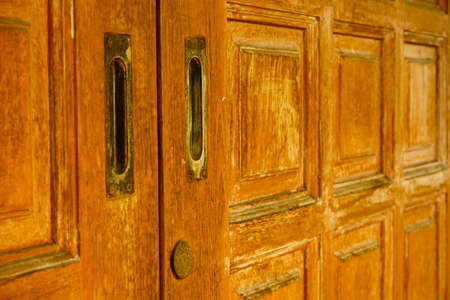 Houten deur met vintage handvat en sleutelgat