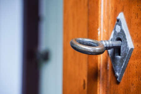 Wooden door with vintage key and keyhole Stockfoto