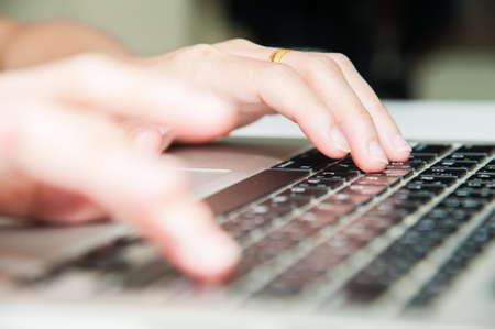 Dichte mening vinger druk op de knop op laptop toetsenbord