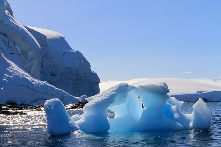 メルキオール諸島、南極半島、南極大陸の海域に浮かぶ、夏の間に極端に溶けた氷山。地球温暖化や気候変動の影響で 写真素材