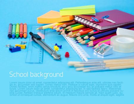 leveringen: Schoolspullen op blauwe achtergrond Stockfoto