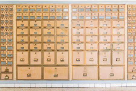 Reihen von Postfächern in modernem Design aus der Mitte des Jahrhunderts aus Messingmetall. Standard-Bild