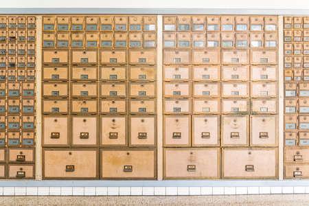 Reihen von Postfächern in modernem Design aus der Mitte des Jahrhunderts aus Messingmetall.