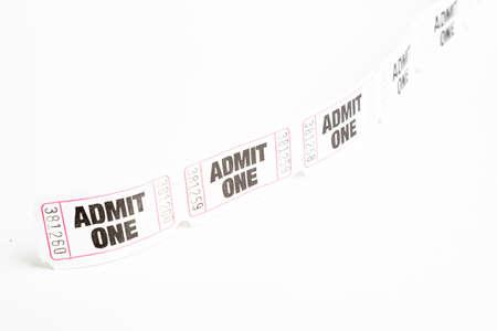 Una macro o un primer plano de una tira de billete de papel de admisión genérico blanco numerado secuencialmente. Foto de archivo